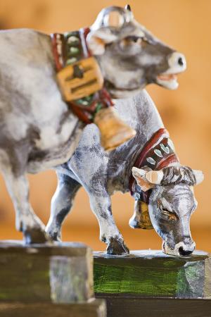 rainer-mirau-austria-tyrol-cows-carving