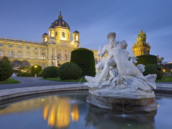 rainer-mirau-austria-vienna-1st-district-museum-of-art-history-well-maria-theresia-monument-evening