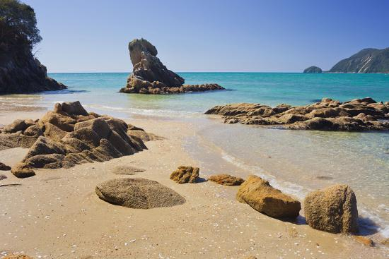 rainer-mirau-beach-rock-wainui-bay-tasman-south-island-new-zealand