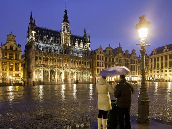 rainer-mirau-belgium-brussels-grand-place-grote-market-couple-evening