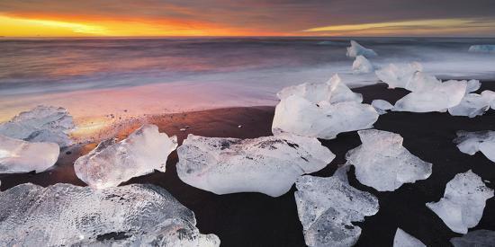 rainer-mirau-ice-chunks-on-the-beach-next-to-glacial-river-lagoon-jshkuls-rlon-lake-east-iceland-iceland