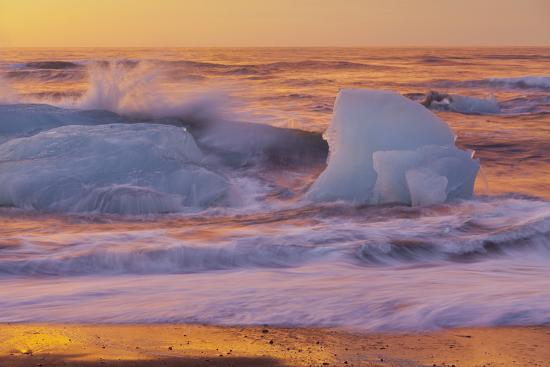 rainer-mirau-icebergs-in-the-waves-next-to-glacial-river-lagoon-jshkuls-rlon-lake-east-iceland-iceland