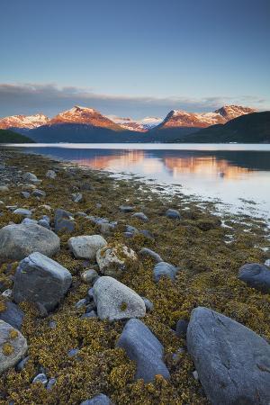 rainer-mirau-norway-nordland-gratangen-fjord-dudalstinden-rock