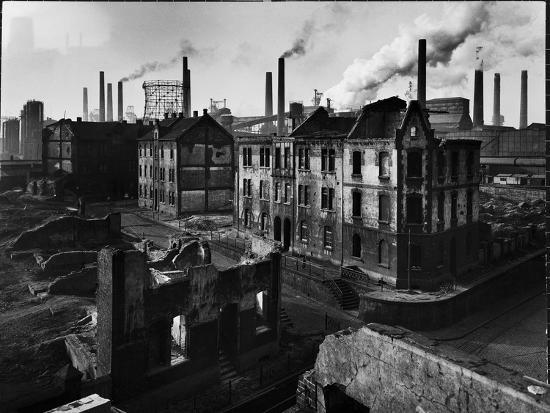 ralph-crane-bomb-damaged-buildings-in-the-shadow-of-the-thyssen-steel-mill