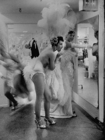 ralph-crane-showgirls-standing-in-the-dressing-room-of-the-stardust-hotel
