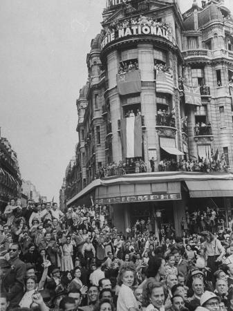 ralph-morse-crowds-jam-streets-and-balconies-waiting-to-greet-charles-degaulle-following-liberation-of-paris