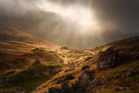 rasica-dramatic-fogy-landscape-with-sunbeams