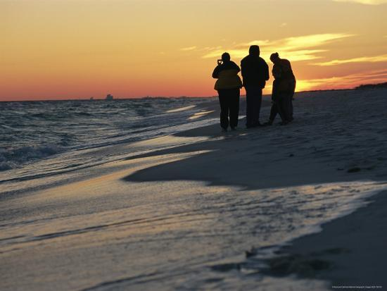 raymond-gehman-backlit-view-of-people-watching-the-sunset-from-the-shoreline