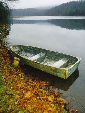 raymond-gehman-old-rowboat-on-the-shore-of-douthat-lake-in-rain
