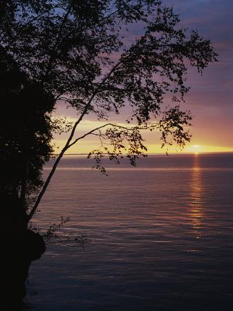 raymond-gehman-the-sun-sets-on-lake-superior-in-the-apostle-islands