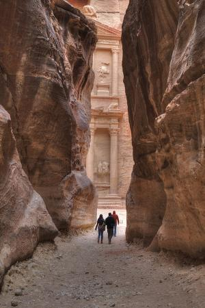 richard-maschmeyer-tourists-approaching-the-treasury-from-the-siq-petra-jordan-middle-east