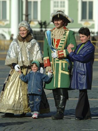 richard-nowitz-tourists-pose-with-catherine-the-great-and-czar-alexander-actors
