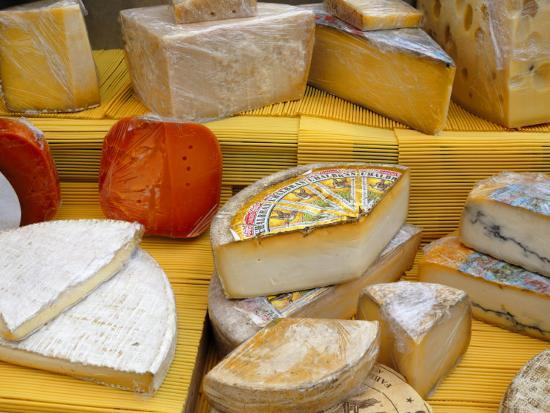 richardson-peter-assorted-french-cheeses-on-a-market-stall-la-flotte-ile-de-re-charente-maritime-france-europe