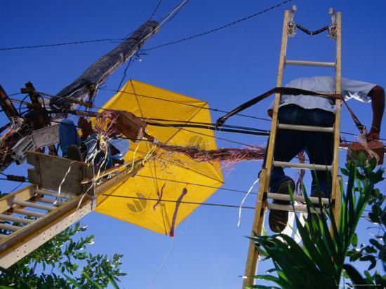 rick-gerharter-men-repairing-telephone-lines-havana-cuba