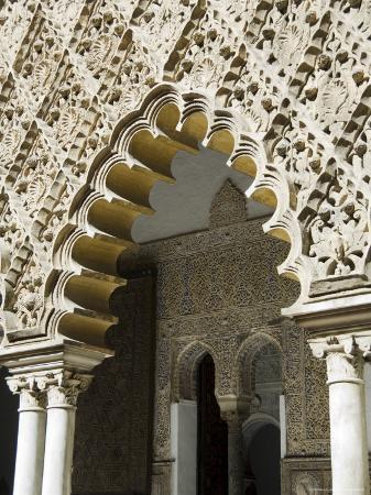 robert-harding-patio-de-las-doncellas-real-alcazar-santa-cruz-district-andalusia-spain
