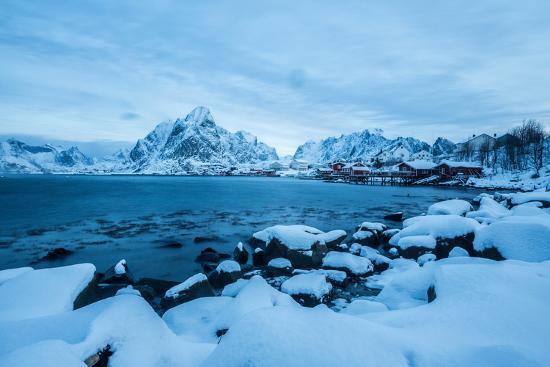 roberto-moiola-blue-hour-in-the-bay-of-reine-lofoten-islands-arctic-norway