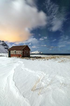 roberto-moiola-house-surrounded-by-snow-in-a-cold-winter-day