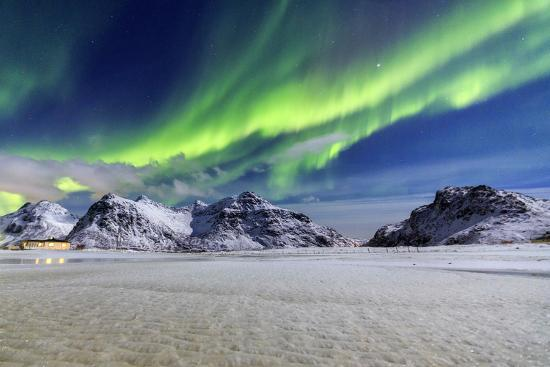 roberto-moiola-northern-lights-aurora-borealis-illuminate-the-sky-and-the-snowy-peaks