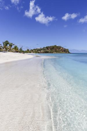 roberto-moiola-palm-trees-and-white-sand-surround-the-turquoise-caribbean-sea-ffryes-beach-antigua
