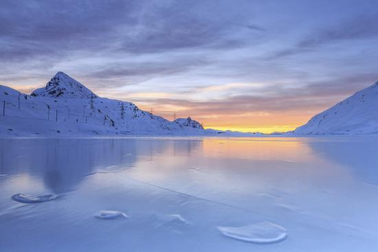 roberto-moiola-the-colors-of-dawn-invading-the-smooth-surface-of-lago-bianco-exceptionally-icy