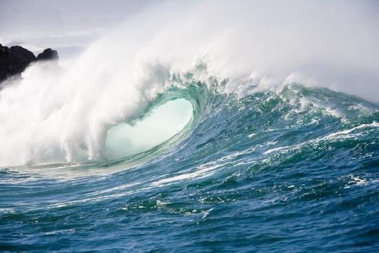 ron-dahlquist-breaking-waves-at-waimea-bay-oahu-hawaii