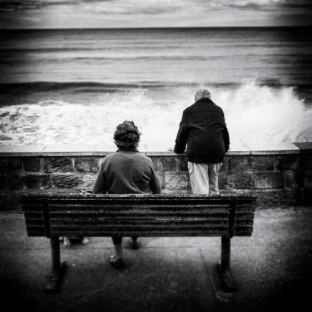rory-garforth-elderly-couple-watch-the-waves
