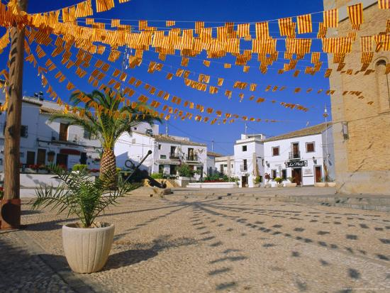 ruth-tomlinson-town-square-with-streamers-in-regional-colours-altea-alicante-valencia-spain-europe