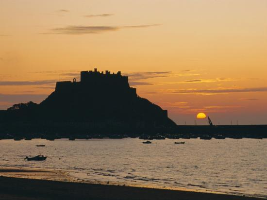 ruth-tomlinson-view-to-mont-orgueil-at-sunrise-gorey-jersey-channel-islands-uk