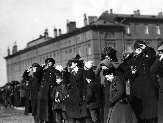 saint-petersburg-residents-watching-a-full-solar-eclipse-1912