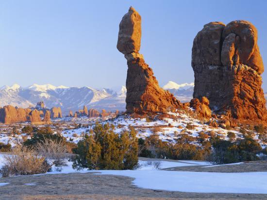 scott-t-smith-la-sal-mountains-balanced-rock-at-sunset-arches-national-park-utah-usa