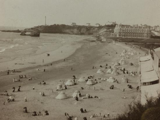 self-family-trip-in-europe-a-view-of-the-biarritz-beach