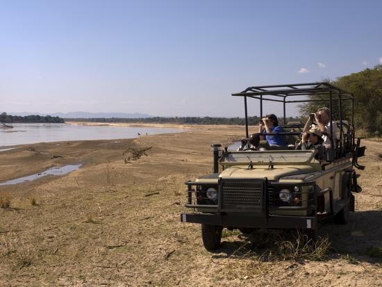 sergio-pitamitz-game-spotting-on-safari-south-luangwa-national-park-zambia-africa