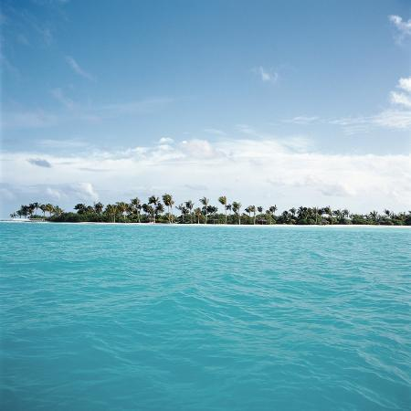shallow-water-near-tropical-island