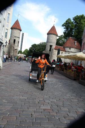 sheldon-marshall-viru-gate-entrance-to-the-old-town-tallin-estonia-2011