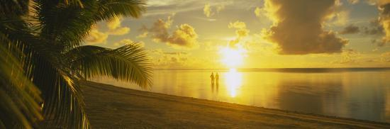 silhouette-of-a-couple-standing-on-the-beach-aitutaki-cook-islands-french-polynesia
