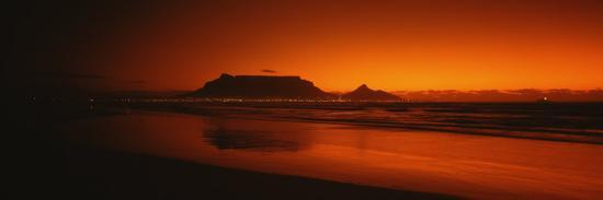 silhouette-of-table-mountain-at-sunset-table-bay-bloubergstrand-cape-winelands-south-africa