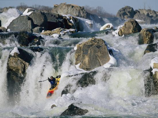 skip-brown-kayaker-running-great-falls-on-the-potomac-river-in-winter