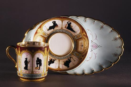 solitaire-with-cup-decorated-with-silhouettes-in-arcades-porcelain-france