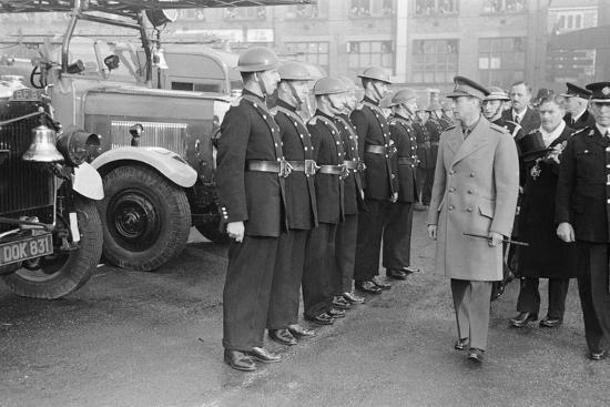 staff-king-george-vi-inspects-firemen-on-his-visit-to-birmingham-during-ww2