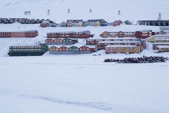 stephen-studd-view-of-longyearbyen-spitsbergen-svalbard-arctic-circle-norway-scandinavia