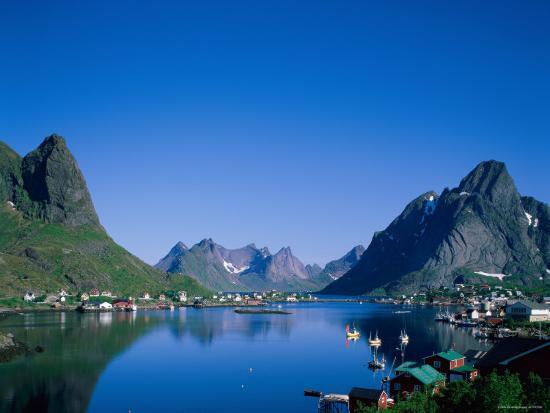 steve-vidler-typical-scenery-mountains-and-sea-reine-lofoten-islands-norway