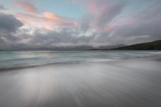 stewart-smith-flowing-tide-and-pink-sky-at-dusk-luskentyre-beach-isle-of-harris-outer-hebrides-scotland
