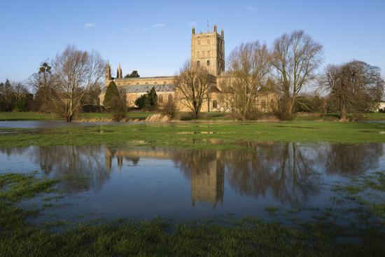 stuart-black-tewkesbury-abbey-reflected-in-flooded-meadow-tewkesbury-gloucestershire-england-uk