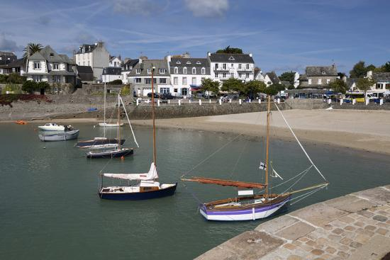 stuart-black-view-of-beach-and-boats-in-harbour-locquirec-finistere-brittany-france-europe