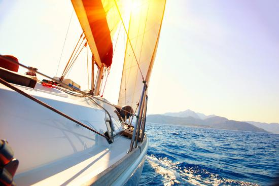 subbotina-anna-yacht-sailing-against-sunset-sailboat-yachting-sailing-travel-concept-vacation