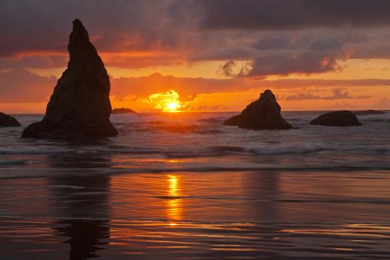 sunset-silhouettes-seastacks-bandon-beach-oregon-usa