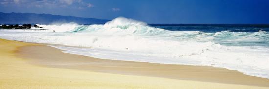 surf-on-the-beach-oahu-hawaii-usa