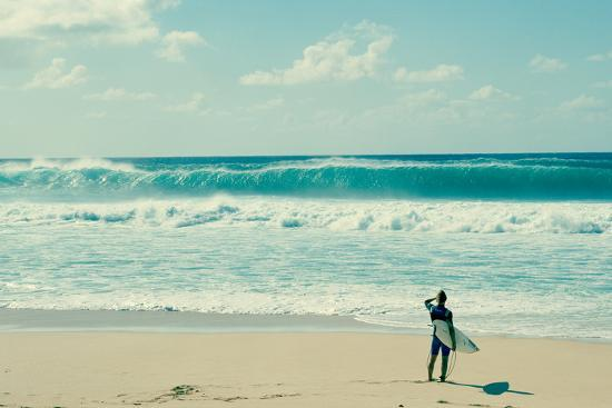 surfer-standing-on-the-beach-north-shore-oahu-hawaii-usa