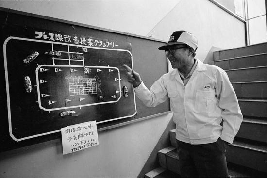 takeyoshi-tanuma-founder-of-honda-soichura-honda-pointing-to-car-race-model-tokyo-japan-1967