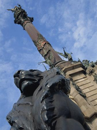teegan-tom-statue-of-a-lion-on-the-columbus-monument-in-barcelona-catalunya-spain
